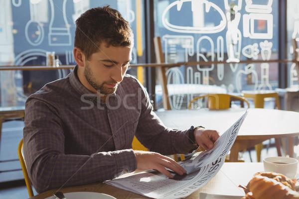 Jóvenes empresario lectura periódico Servicio sesión Foto stock © wavebreak_media