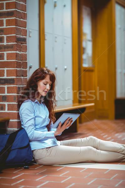 Maduro estudiante tableta pasillo Universidad mujer Foto stock © wavebreak_media