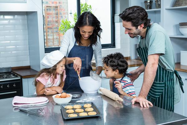 Familia feliz cocina galletas junto cocina casa Foto stock © wavebreak_media