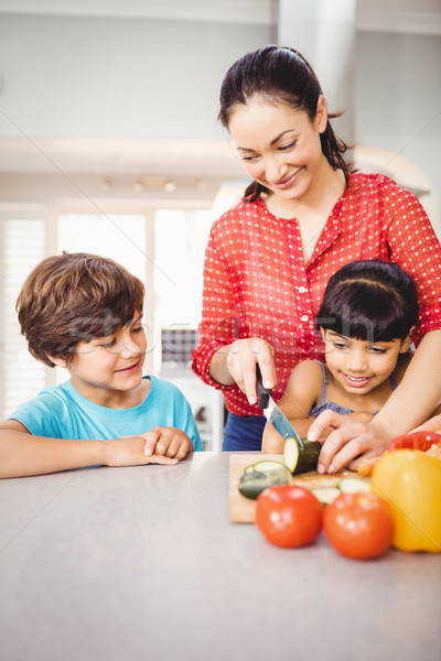 Mutlu çocuklar bakıyor anne sebze Stok fotoğraf © wavebreak_media