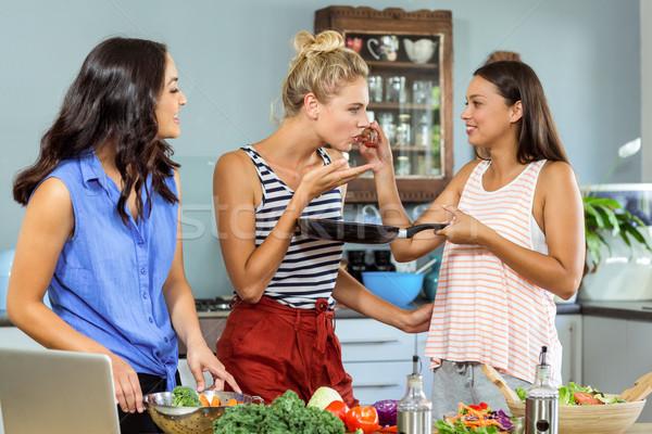 Femminile amici degustazione alimentare cucina home Foto d'archivio © wavebreak_media