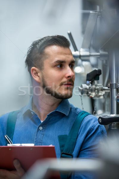 работник буфер обмена внимательный Дать пивоваренный завод промышленности Сток-фото © wavebreak_media