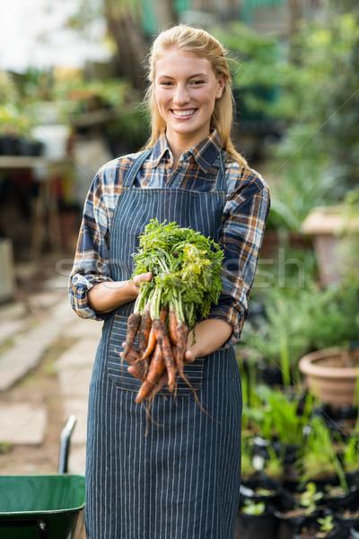 Kadın bahçıvan havuç portre mutlu Stok fotoğraf © wavebreak_media