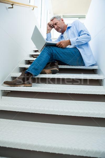 Man met behulp van laptop stappen volwassen man home Stockfoto © wavebreak_media