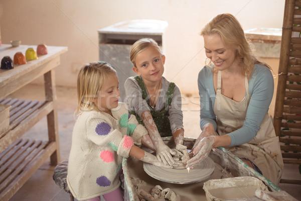 Souriant Homme filles poterie atelier affaires Photo stock © wavebreak_media