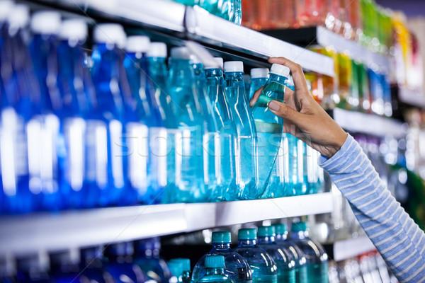 Kobieta butelki wody spożywczy sekcja Zdjęcia stock © wavebreak_media