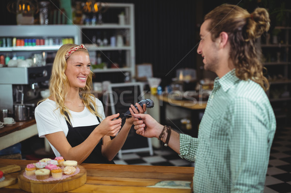 Heureux client carte de crédit serveuse homme restaurant Photo stock © wavebreak_media