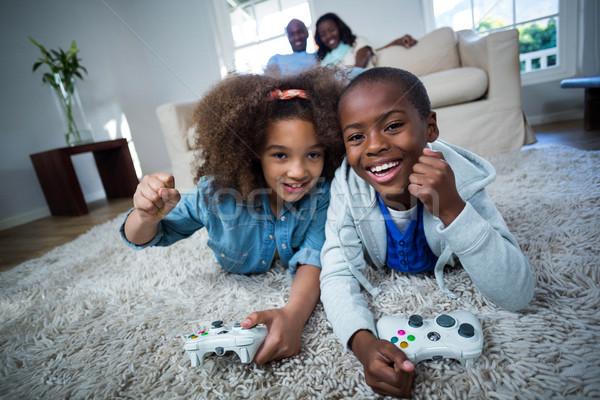 Gyerekek játszik videojátékok otthon lány fiú Stock fotó © wavebreak_media