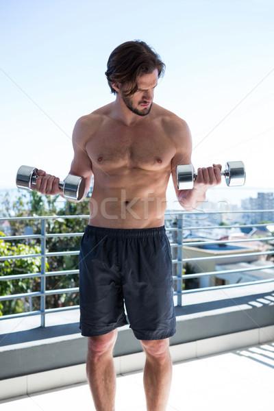 Hombre pesas balcón casa casa Foto stock © wavebreak_media