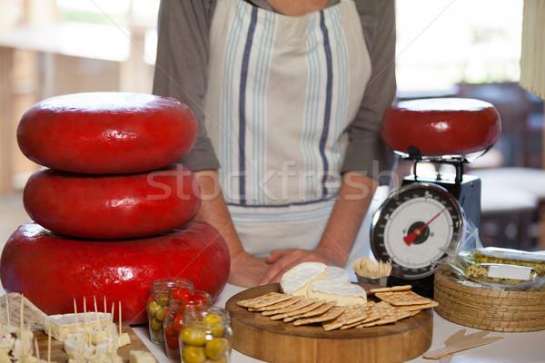 Vrouwelijke personeel permanente counter supermarkt Stockfoto © wavebreak_media
