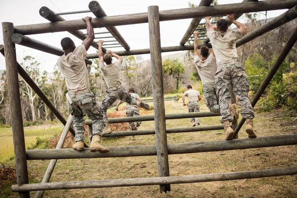 Katonák mászik majom rácsok hátsó nézet férfi Stock fotó © wavebreak_media