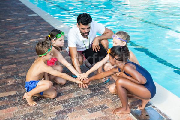 Instructor ninos manos agua mano nino Foto stock © wavebreak_media