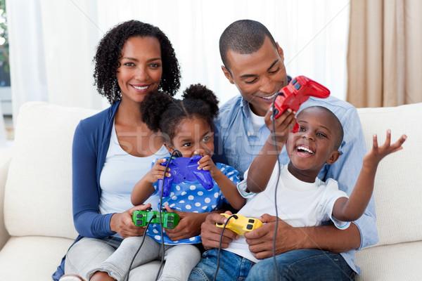 Photo stock: Heureux · famille · jouer · jeux · vidéo · canapé · fille