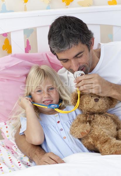 Filha pai jogar médicos ursinho de pelúcia quarto Foto stock © wavebreak_media