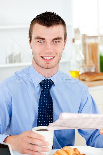 Feliz empresário leitura jornal potável café Foto stock © wavebreak_media