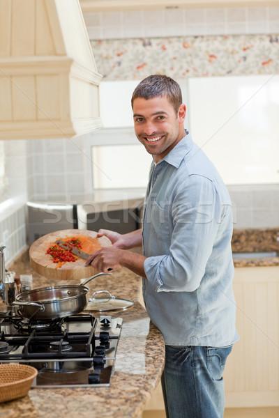 красивый мужчина приготовления кухне домой человека счастливым Сток-фото © wavebreak_media