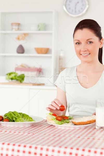 Femme souriante prêt manger sandwich déjeuner cuisine Photo stock © wavebreak_media