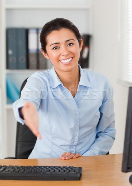 Piękna kobieta siedziba patrząc kamery biuro komputera Zdjęcia stock © wavebreak_media