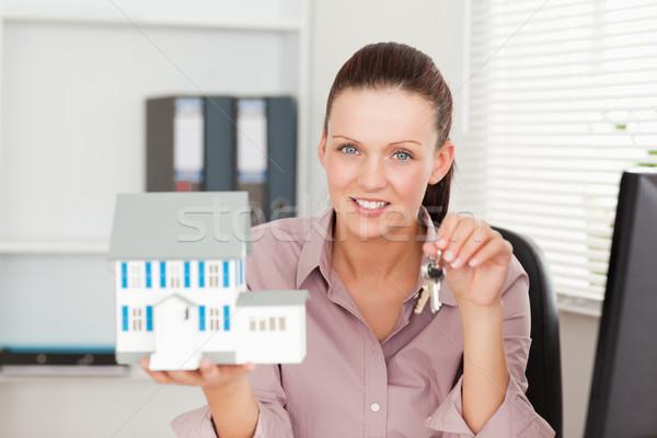 Empresária teclas miniatura casa escritório Foto stock © wavebreak_media