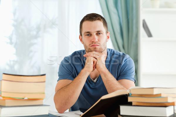 Zdjęcia stock: Mężczyzna · student · posiedzenia · biurko · myślenia · książek