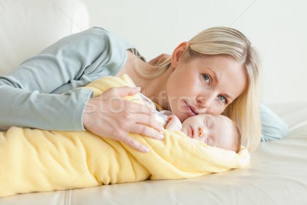 Genç anne rahatlatıcı bebek aile sevmek Stok fotoğraf © wavebreak_media