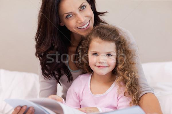 Fiatal anya olvas könyv kicsi lánygyermek Stock fotó © wavebreak_media