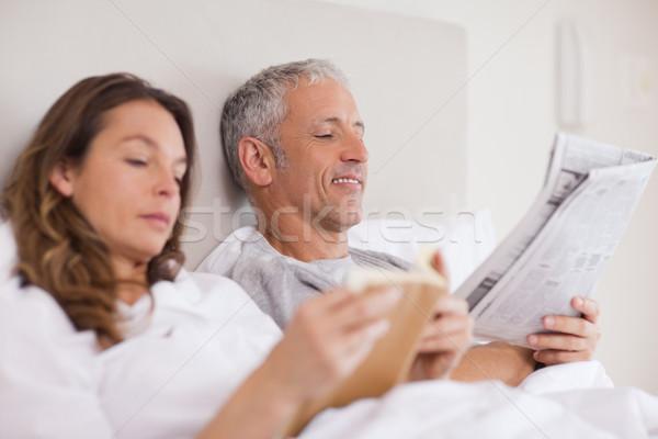 счастливым женщину чтение книга муж газета Сток-фото © wavebreak_media