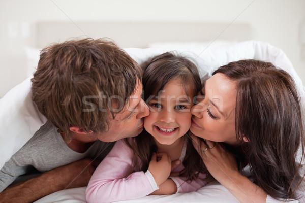 Ouders zoenen dochter liefde home meisjes Stockfoto © wavebreak_media