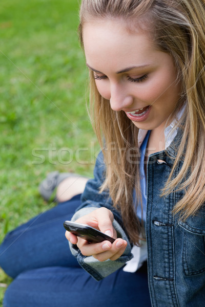 Aantrekkelijk blond tienermeisje verrassend tekst vergadering Stockfoto © wavebreak_media