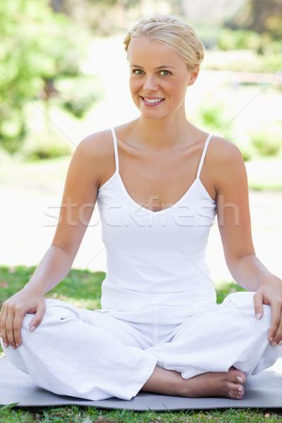 Sorridente mulher jovem ioga posição grama beleza Foto stock © wavebreak_media