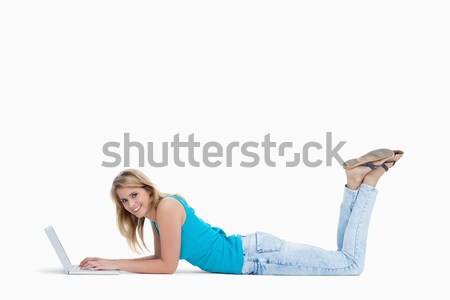 Donna piano digitando laptop bianco felice Foto d'archivio © wavebreak_media