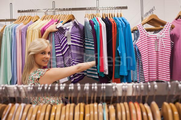 Mulher olhando boutique roupa Foto stock © wavebreak_media