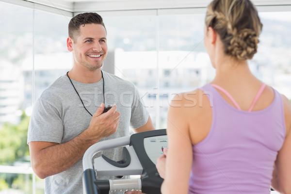 Entrenador ayudar mujer noria gimnasio salud Foto stock © wavebreak_media