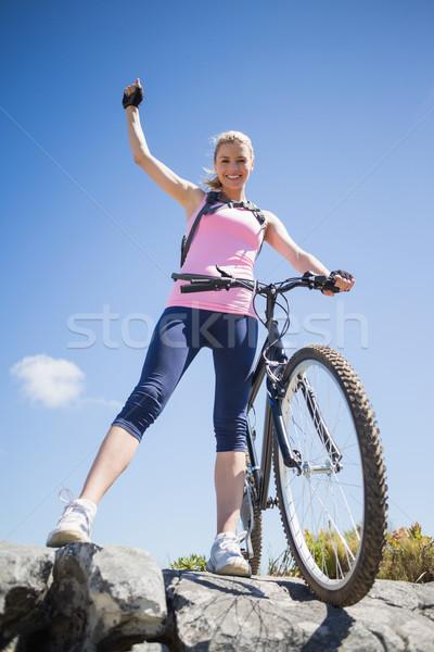 Montare bella ciclista terreno sorridere fotocamera Foto d'archivio © wavebreak_media