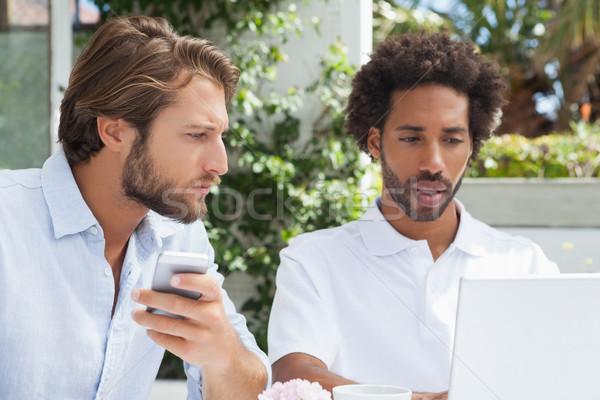 Foto stock: Dois · amigos · café · juntos · laptop · fora