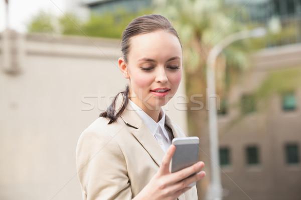 Fiatal üzletasszony küldés szöveg kívül város Stock fotó © wavebreak_media