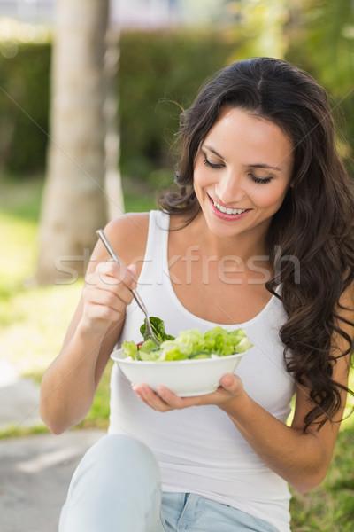 Mooie brunette eten kom salade Stockfoto © wavebreak_media