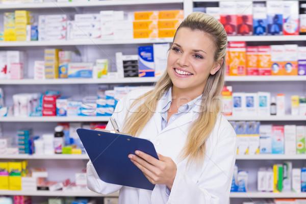 Gyógyszertár gyakornok ír vágólap kórház nő Stock fotó © wavebreak_media