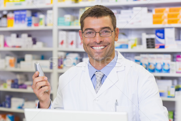 Feliz farmacéutico teléfono hospital farmacia hombre Foto stock © wavebreak_media