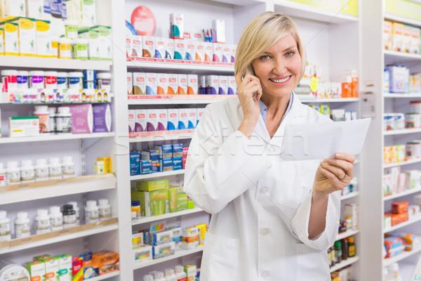 Glimlachend apotheker telefoon lezing recept apotheek Stockfoto © wavebreak_media
