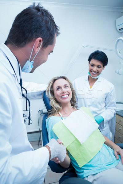 Tandarts assistent handen schudden vrouw mannelijke tandartsen Stockfoto © wavebreak_media