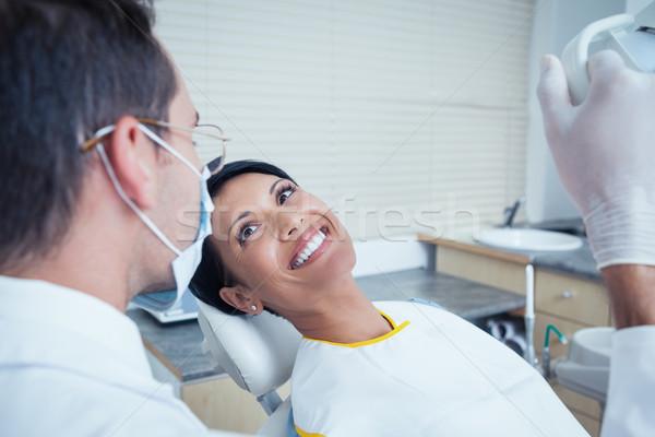Uśmiechnięta kobieta czeka stomatologicznych egzamin widok z boku uśmiechnięty Zdjęcia stock © wavebreak_media