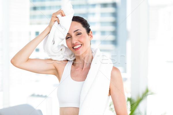 Brunette voorhoofd handdoek woonkamer vrouw gelukkig Stockfoto © wavebreak_media