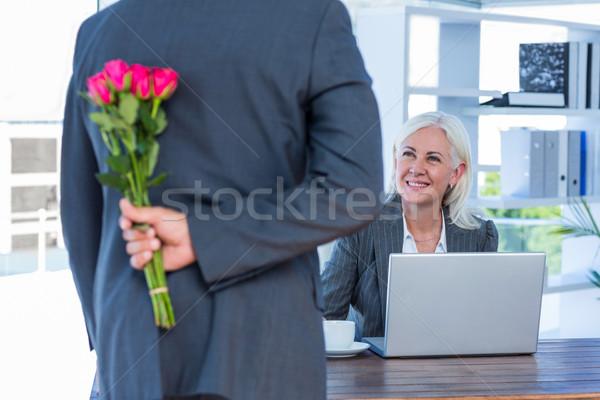 Affaires cacher fleurs derrière Retour collègue Photo stock © wavebreak_media