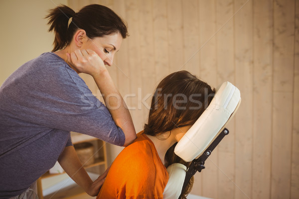 Mulher jovem massagem cadeira terapia quarto mulher Foto stock © wavebreak_media