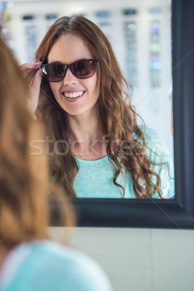красивая женщина торговых Солнцезащитные очки женщины улыбаясь клиентов Сток-фото © wavebreak_media