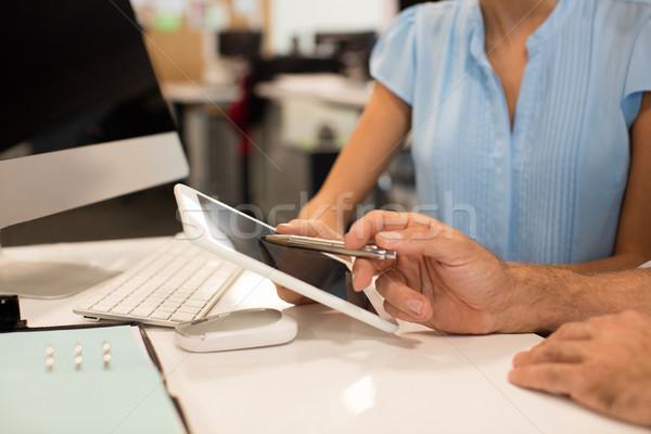 Business collega's bespreken digitale tablet Stockfoto © wavebreak_media
