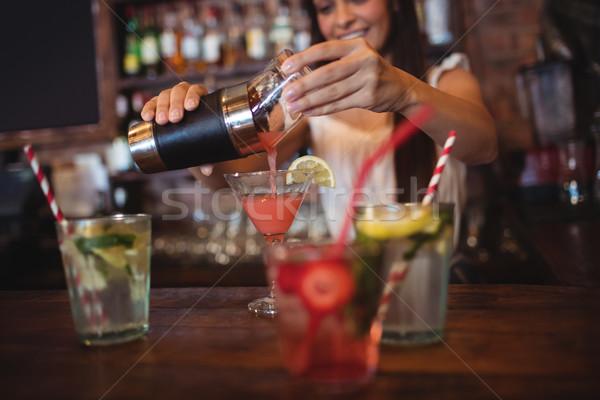 Bastante barman cóctel beber vidrio Foto stock © wavebreak_media