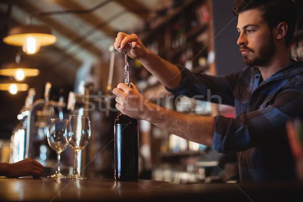 Maschio bar tenero apertura bottiglia vino Foto d'archivio © wavebreak_media