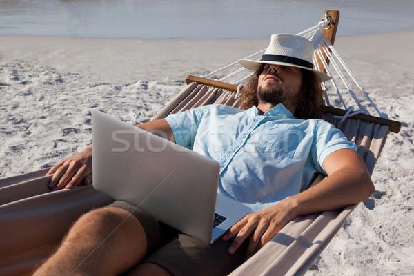 Mann Laptop entspannenden Hängematte Strand Computer Stock foto © wavebreak_media